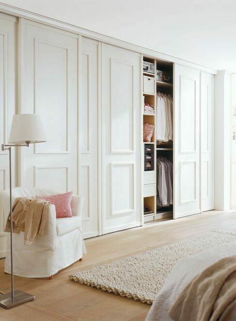 pełna zabudowa ściany, biała szafa, mała sypialnia