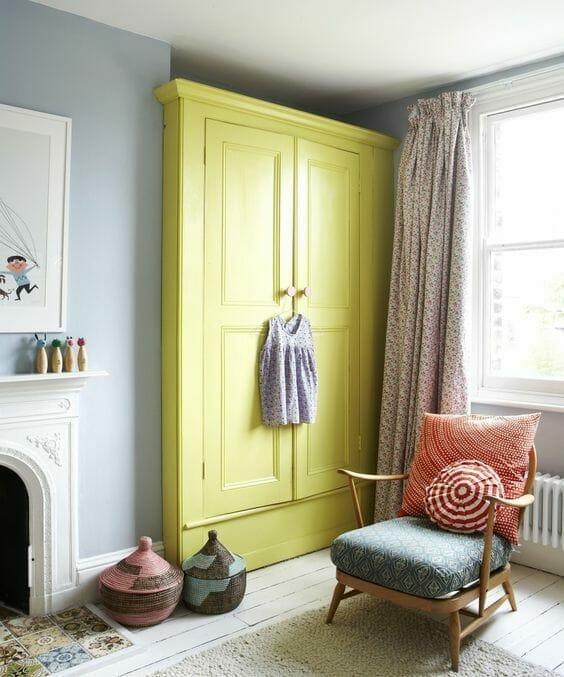 mała sypialnia żółta pojemna szafa szare ściany