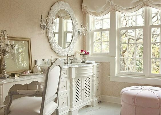 łazienka w stylu shabby chic z masywnym oknem i dekoracyjną umywalką, lustro w białej barokowej oprawie