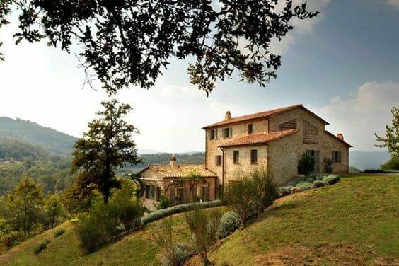 dom na wzgórzy włochy winorośle