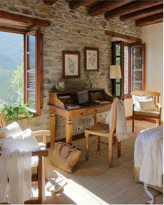 drewniany sekretarzyk w pokoju z widokiem na góry