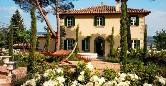 dom w toskanii  ogród cyprysy