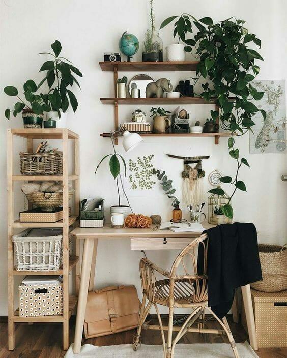 urban jungle biurko i krzesło z roślinnymi dodatkami i grafikami roślin