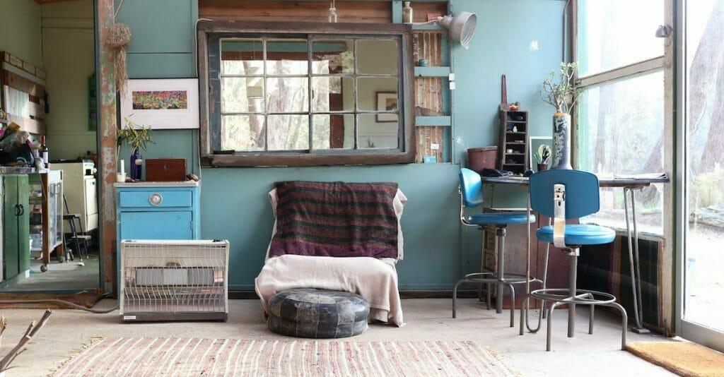 japoński styl wnętrzarski wabi-sabi z niebieskimi, starymi dodatkami w postaci krzeseł i szafek