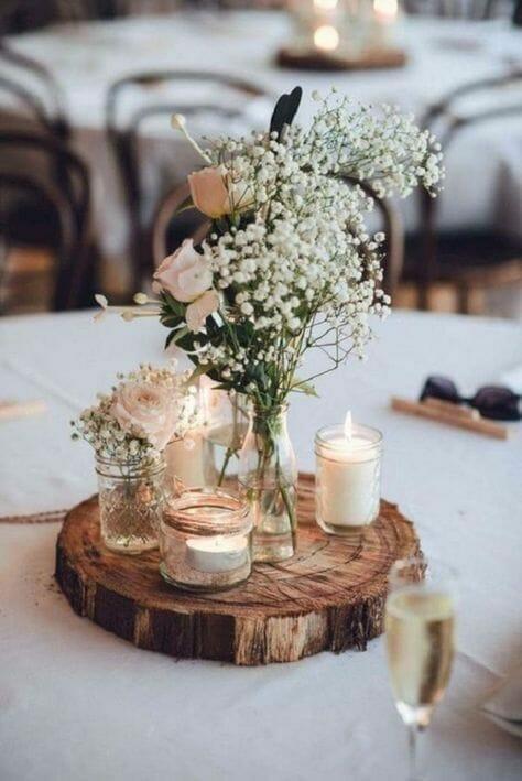 rustykalny stół ze świeczkami i polnymi kwiatami