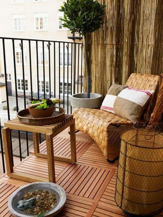 fotel wiklinowy na drewnianym balkonie