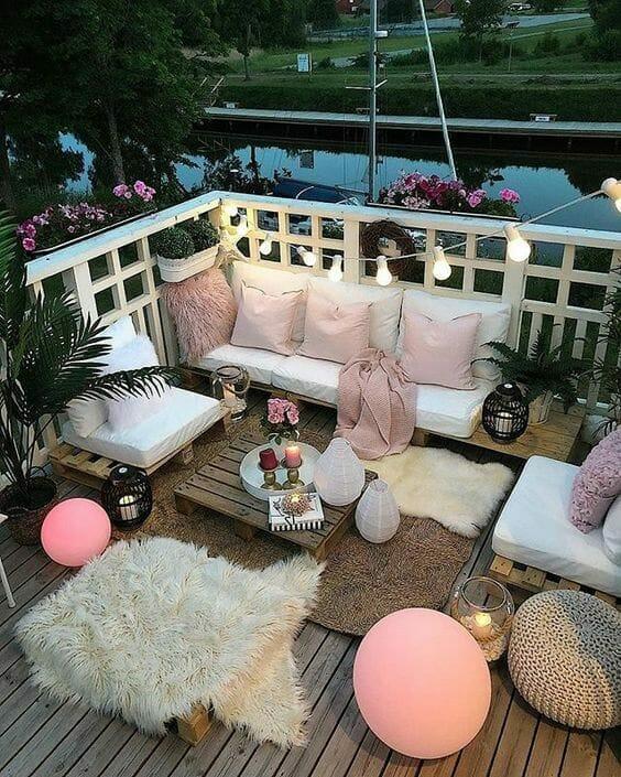taras jezioro lampki poduszki łóżko z palet stolik z palet