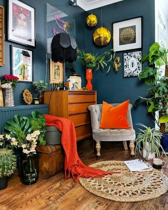 salon w kolorze ciemnozielonym i kolorowymi dodatkami
