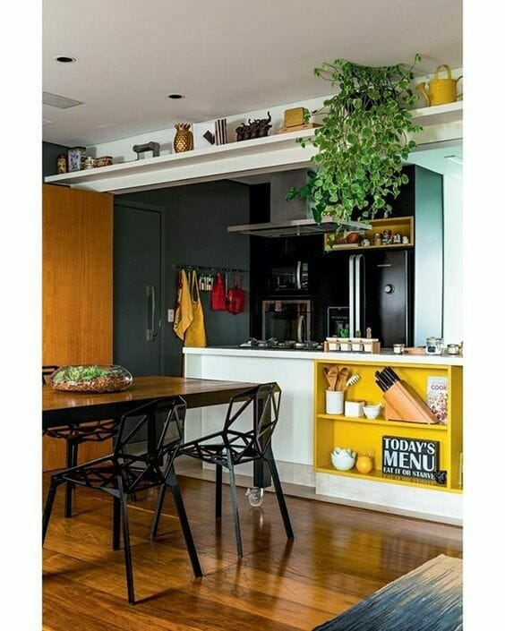 ciemna kuchnia z kolorowymi akcentami i dodatkami