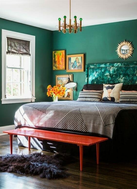 butelkowa zieleń w sypialni z czerwonymi dodatkami i złotym żyrandolem