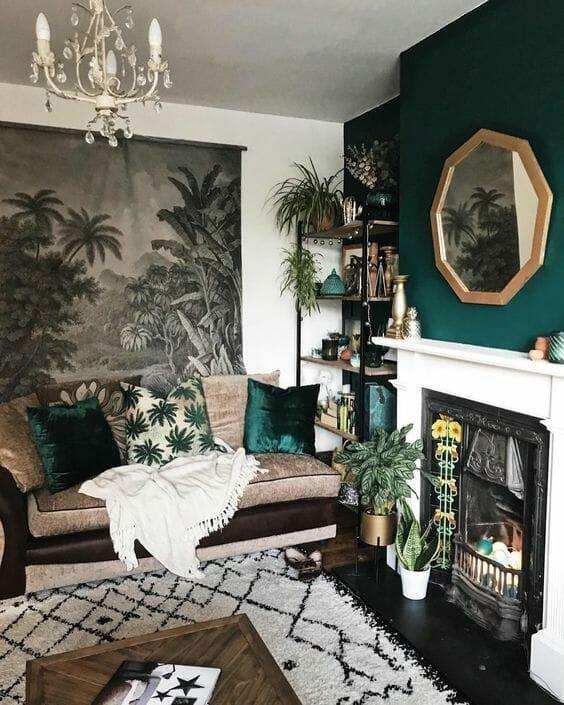 butelkowa zieleń jako akcent na ścianie w salonie urządzonym w stylu urban jungle