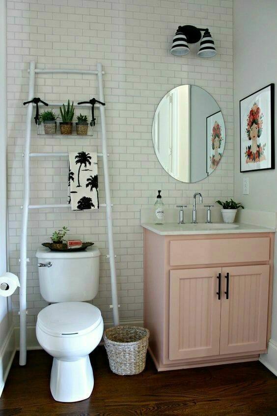 Jak urządzić biało-różową łazienkę