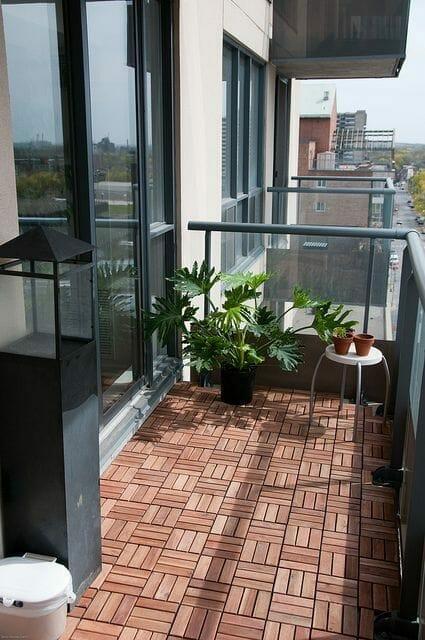 drewniana podłoga na balkonie, szklane balustrady, w bloku