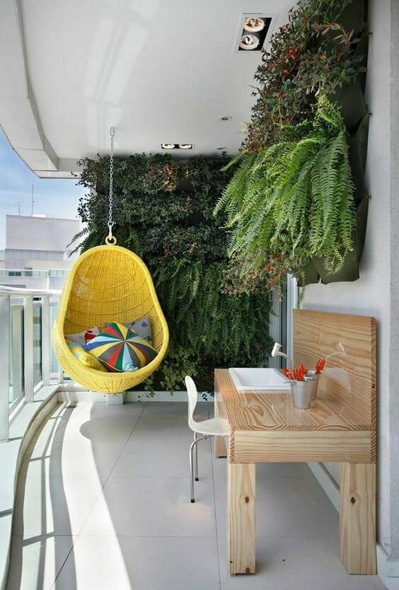 żółty wiszący fotel na balkonie