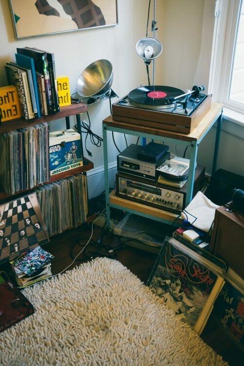 gramofon i szafka z płytami winylowymi