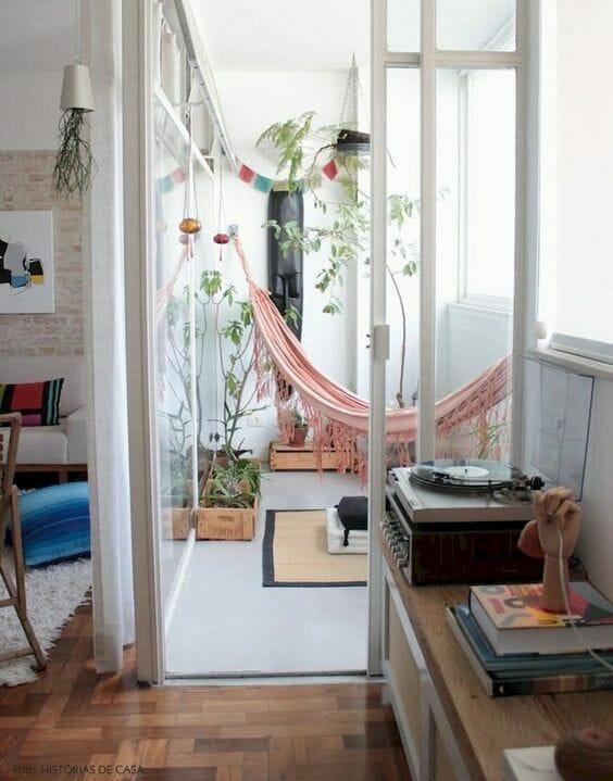 hamak w domu różowy  miejsce wypoczynku