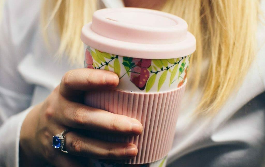 kubek na kawę wielokrotnego użytku w kwiaty różowy