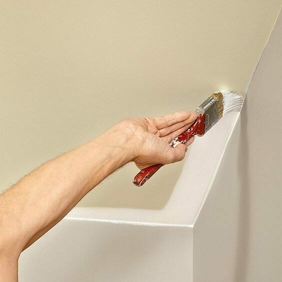 malowanie sufitu białą farbą i pędzlem