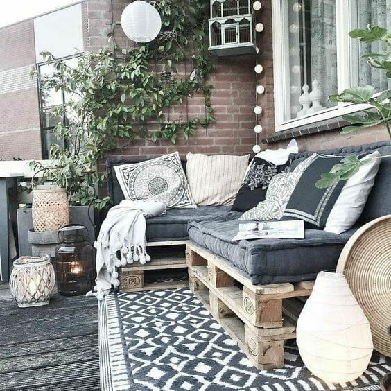siedzisko z palet dywan na balkonie lampion papierowy