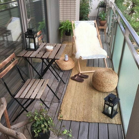 drewniany balkon leżak stolik lampiony