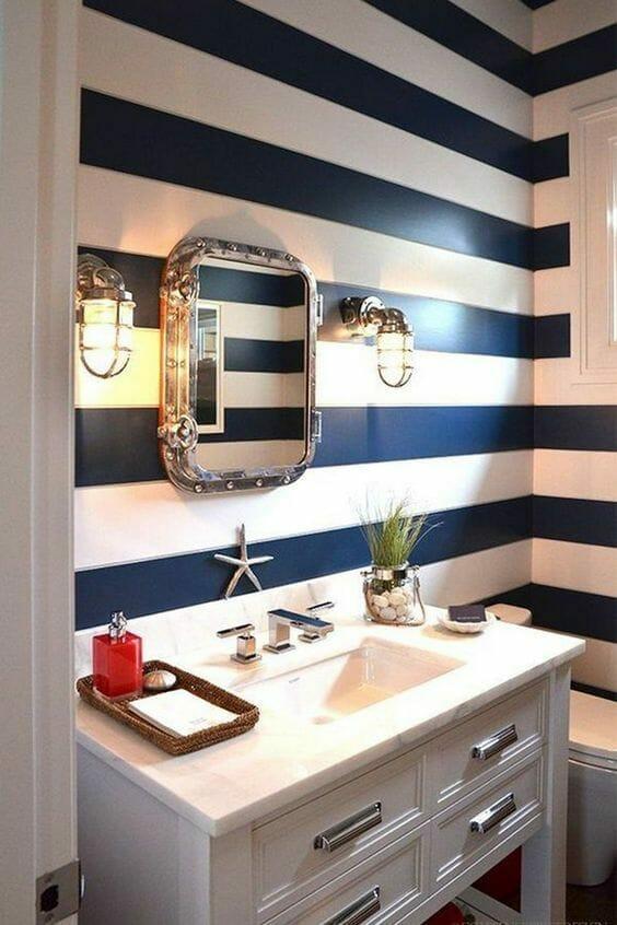 łazienka w biało-granatowe poziome marynarskie pasy