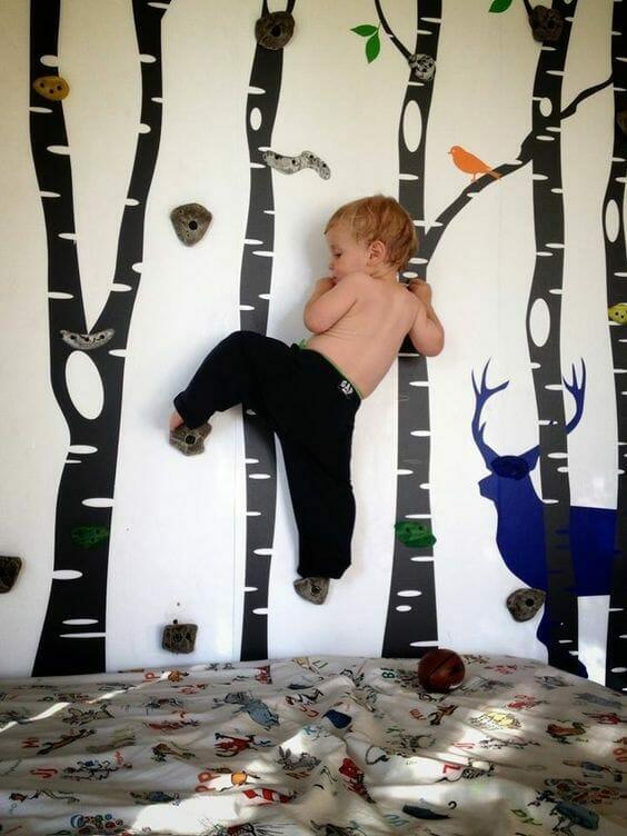 pokój dla chłopca ścianka wspinaczkowa