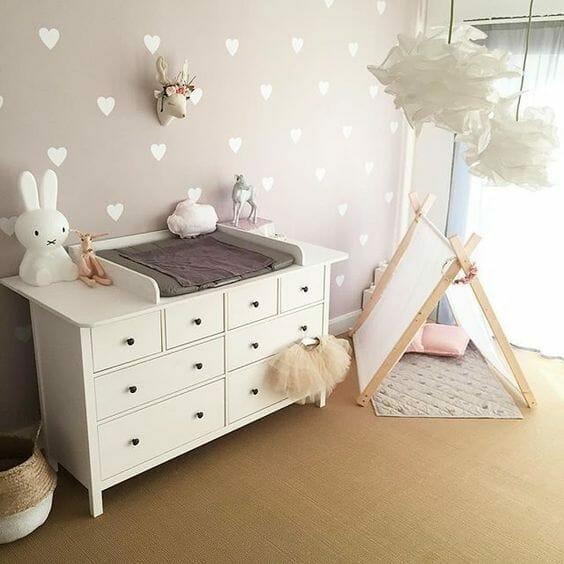 pokój dla niemowlaka biała komoda i przewijak różowy pokój dla dziewczynki