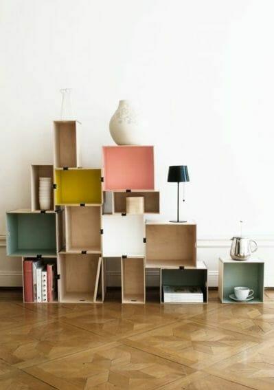 skrzynki w formie szafki w białym salonie