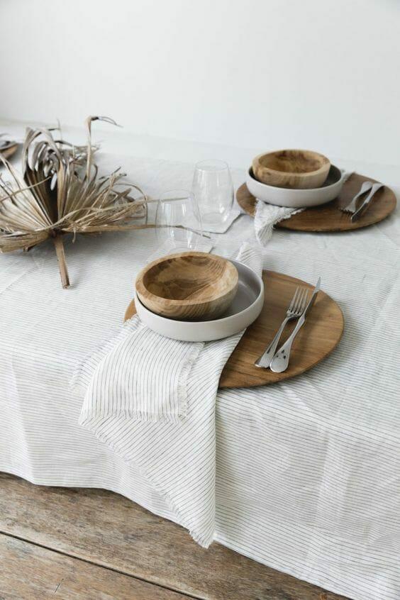 rustykalny stół z drewnianą miską i podkładką