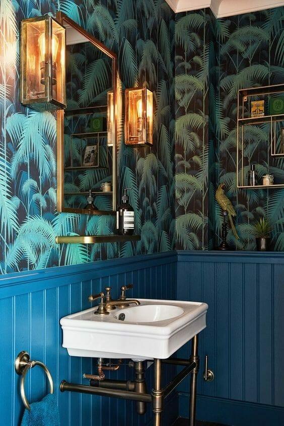łazienka z tapetą z grafiką liści palmowych ze złotymi dodatkami