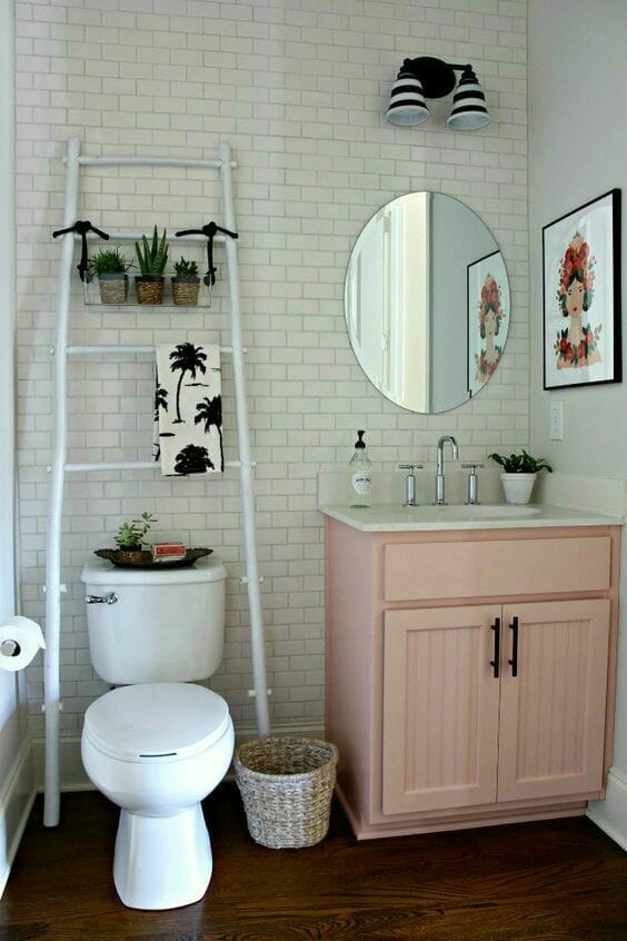łazienka biała różowe meble marmurowy zlew drabina nad toaletą, tani remont łazienki