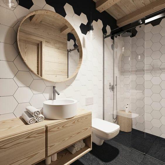 Mała łazienka w bloku kafelki heksagonalne biel drewno czerń