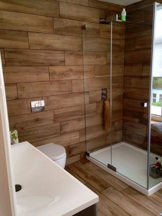 płytki drewnopodobne w małej łazience