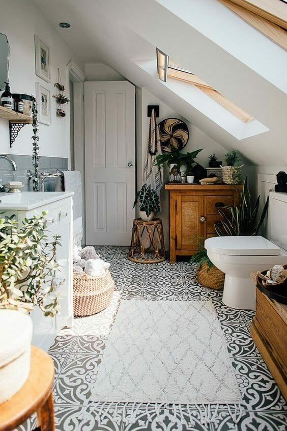 rośliny w szarej łazience różne gatunki kafelki podłogowe w szaro-biały ornament z wiklinowymi i drewnianymi dodatkami