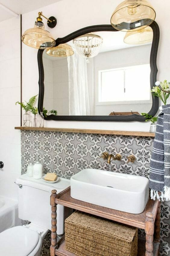 eklektyczna łazienka, kafelki wzór, czarna rama, duże lustro, oldschool, vintage