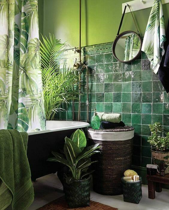 płytki ceramiczne zielone w łazience, zielona łazienka, rośliny łazienkowe, wiklinowy kosz na pranie