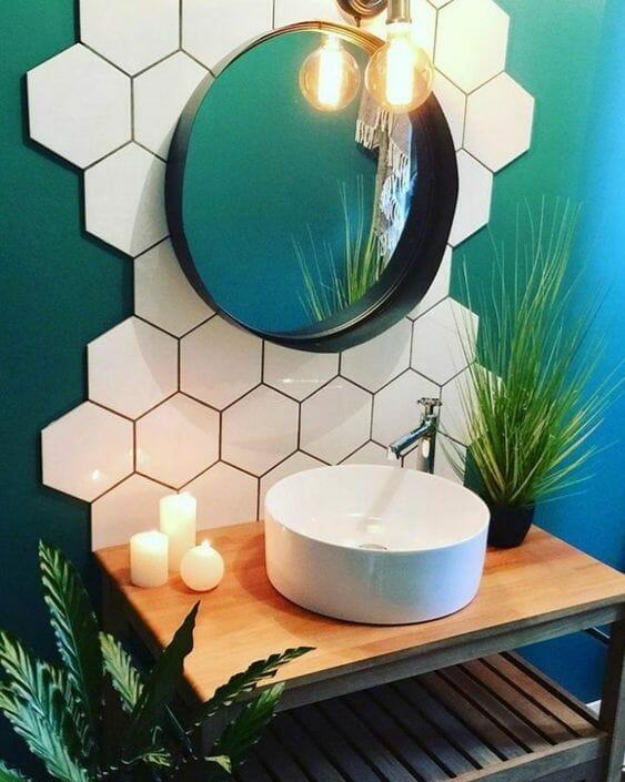 płytki heksagonalne, malowanie ścian, butelkowa zieleń, turkus, rośliny w łazience, świeczki, tani remont łazienki