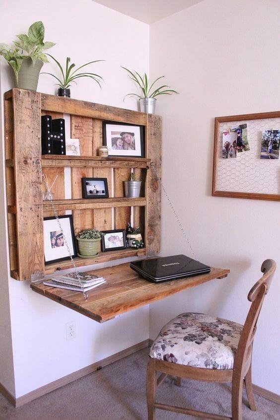 biurko z palet zawieszone na ścianie z krzesłem i dodatkami