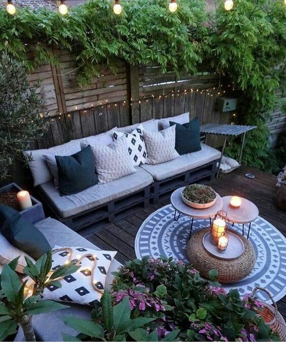 aranżacja tarasu z roślinami i zestawem wypoczynkowym meble z palet do ogrodu
