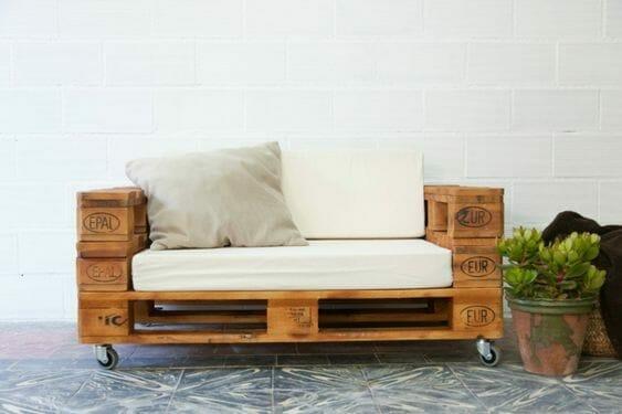 siedzisko z palet z beżowym materacem