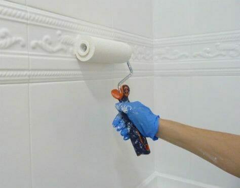 malowanie kafelków w łazience na biało