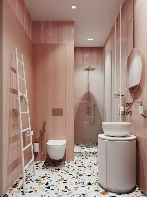 łazienka w kolorze różowym z podłogą białym lastryko