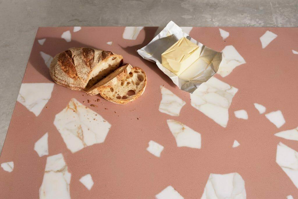 różowe terrazzo z wstawkami z białego marmuru i chlebem z masłem
