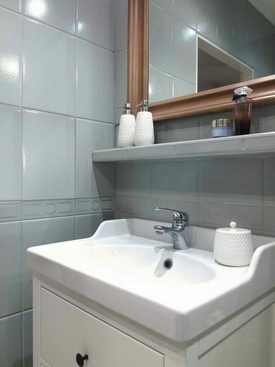 malowanie płytek na szaro w łazience