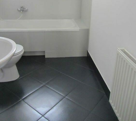 szara podłoga w łazience malowana przy pomocy farby do ceramiki