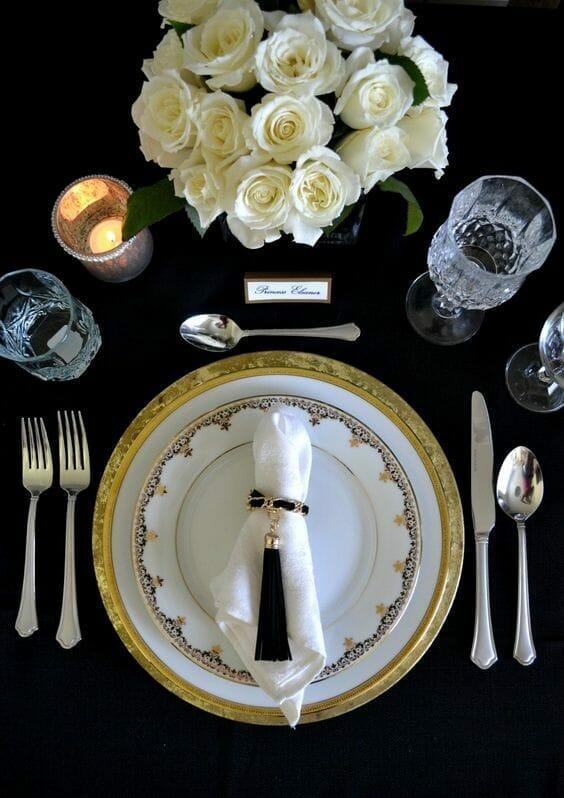 złoto-czarne nakrycie stołu z serwetką ułożenie sztućców wg zasad savoir vivre