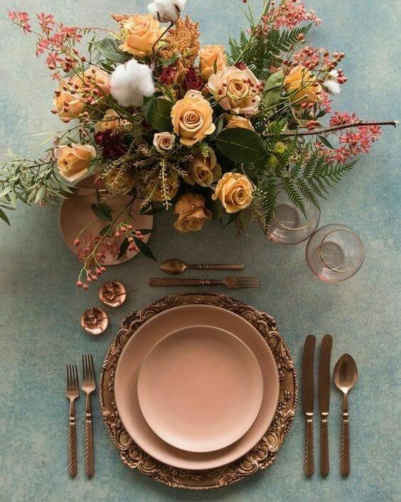 jesienne nakrycie stołu ze sztućcami w kolorze miedzianym i różowymi talerzami savoir vivre przy stole