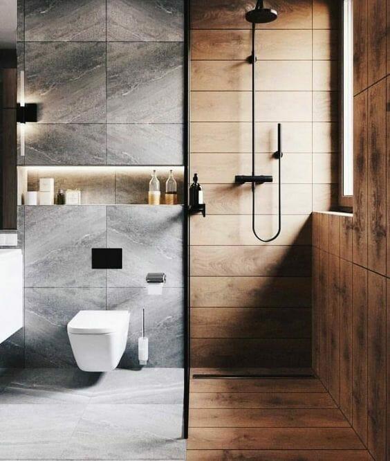 łazienka w szarym marmurze z płytkami jak drewno pod prysznicem z czarną baterią