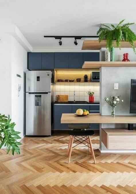 płytki drewnopodobne w kuchni i jadalni ułożone w jodełkę jak drewniana podłoga