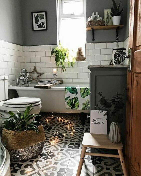 kwiaty do łazienki w doniczkach w biało-szarej łazience